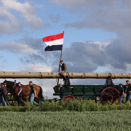 processie met vlag